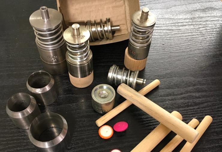 DMButtons_ button moulds_caps / tops_dome dmbuttons, buttonholes, button moulds, covered buttons, button caps, button shells, button backs, button blanks, plastic back buttons, button blank shanks, cloth buttons, dye-set, marvel hand leaver machine, victory dye-set